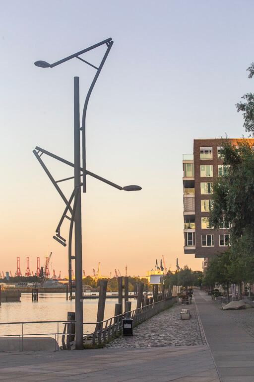 Уличные фонари в виде портовых кранов в Гамбурге
