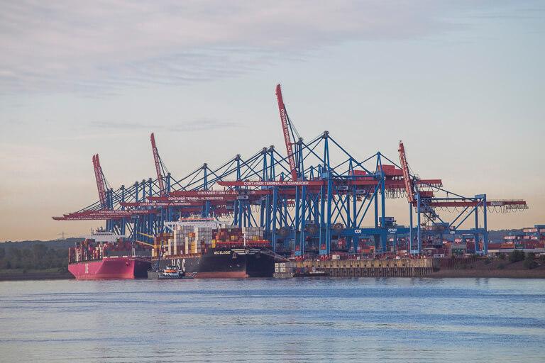 Контейнерный терминал в порту Гамбурга