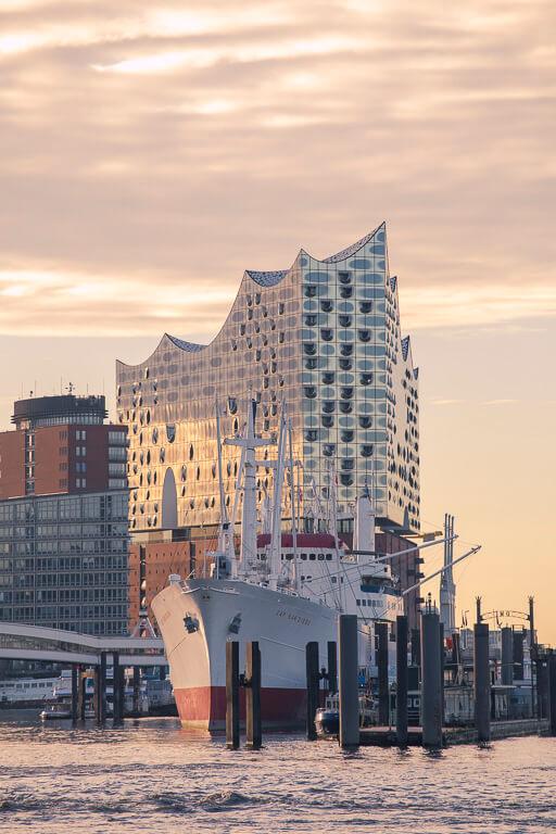 Эльбская филармония в Гамбурге и музейный корабль Кап Сан Диего