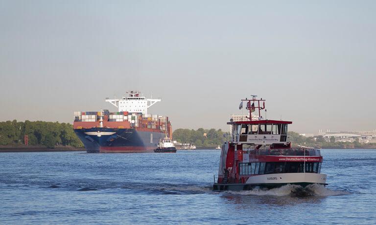 Паром на фоне контейнеровоза в Гамбурге