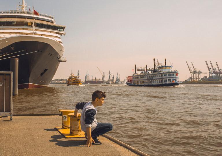 Мальчик, ждущий паром в Гамбурге рядом с круизным терминалом Альтона