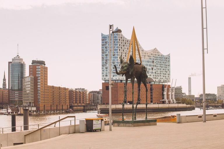 "Скульптура ""Слон"" Сальвадора Дали на бульваре мюзиклов в Гамбурге"