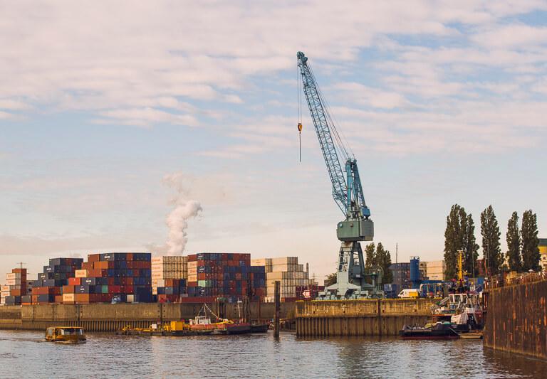 Старые краны в порту Гамбурга