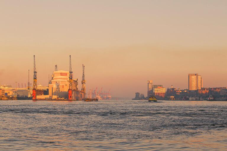 Гамбургский порт на рассвете