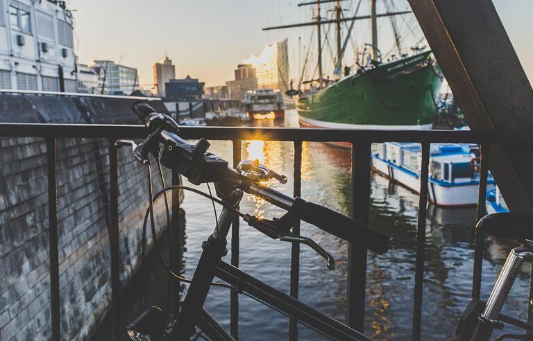 """Велосипед на фоне Эльбской филармонии и музейного парусника """"Рикмер Рикмерс"""" в Гамбурге"""