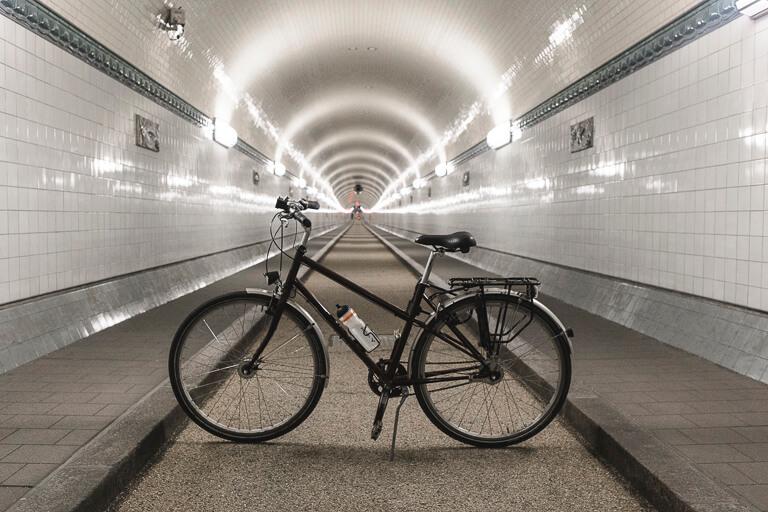 Велосипед внутри старого туннеля под Эльбой в Гамбурге