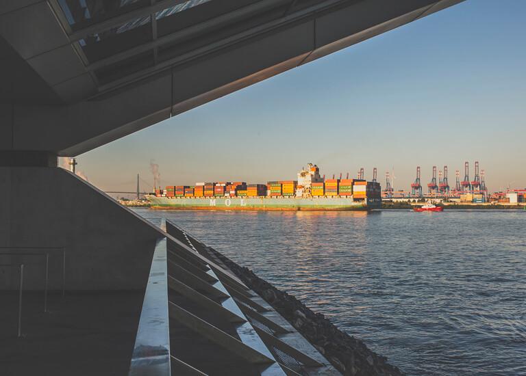 """Вид на порт с парковки офисного здания """"Докланд"""" в Гамбурге"""