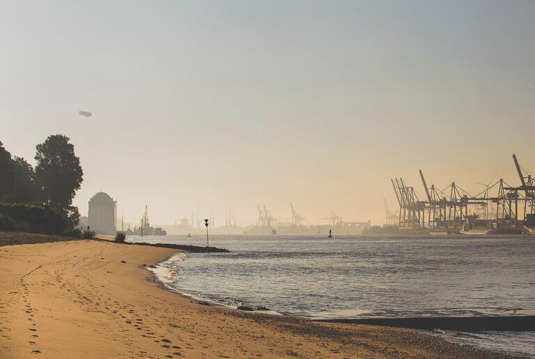 Пляж на Эльбе напротив порта