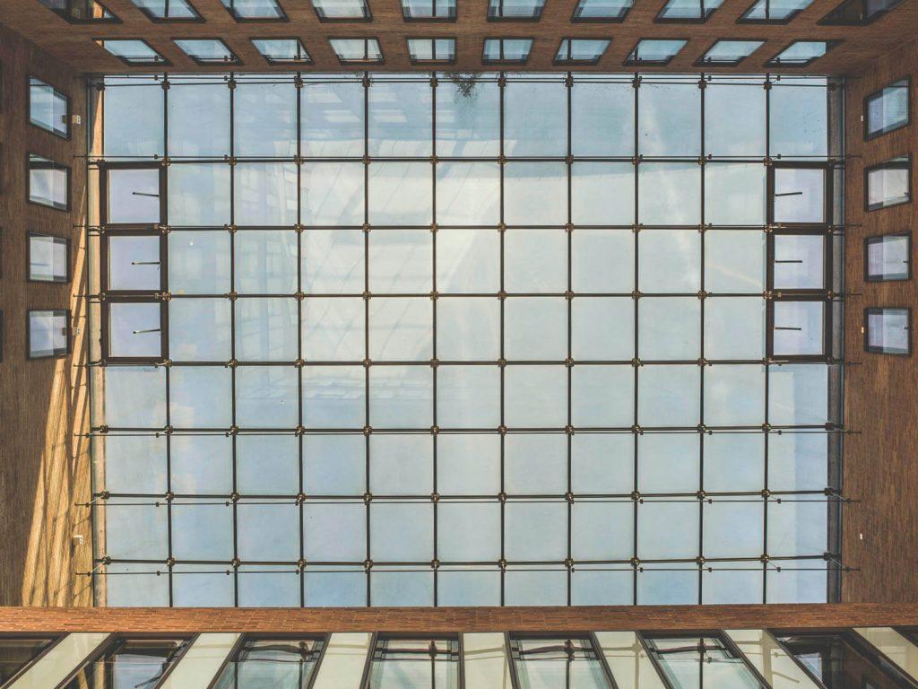 Стеклянная крыша офисного здания в Гамбурге