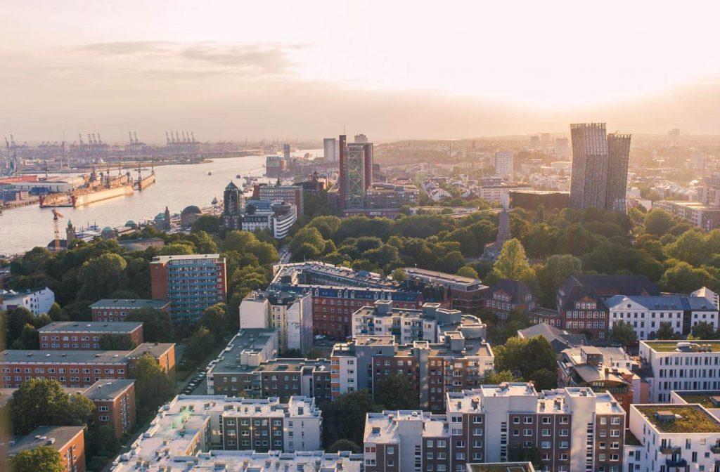 Вид на гамбургский порт с Михеля