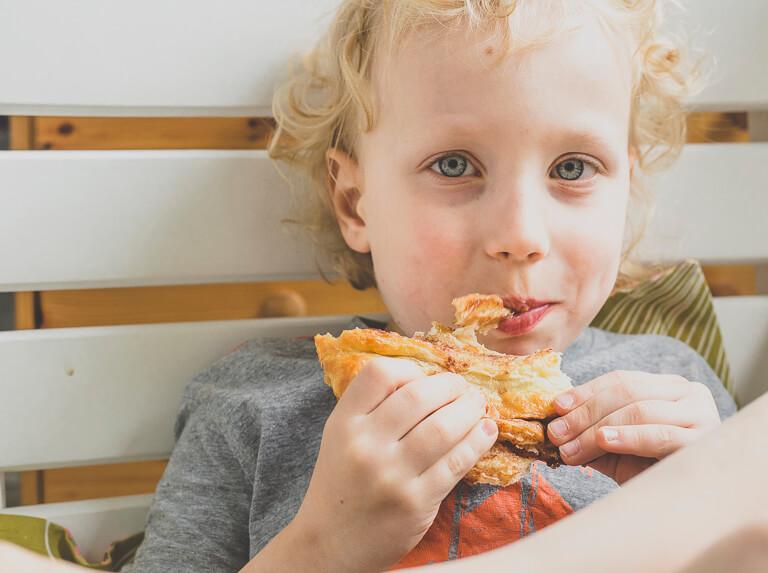 Мальчик ест францбретхен
