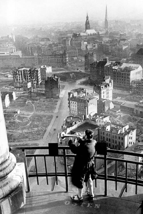 Трубач Михеля над разрушенным Гамбургом, 1946 год