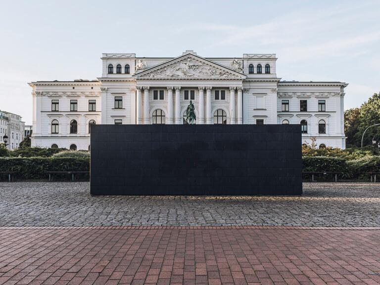 Памятник погибшим евреям перед ратушей Альтоны, Гамбург