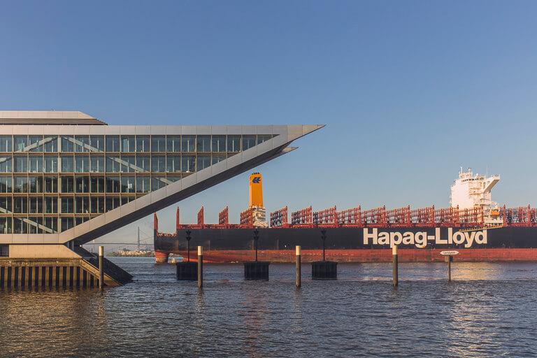 Контейнеровоз в Гамбурге