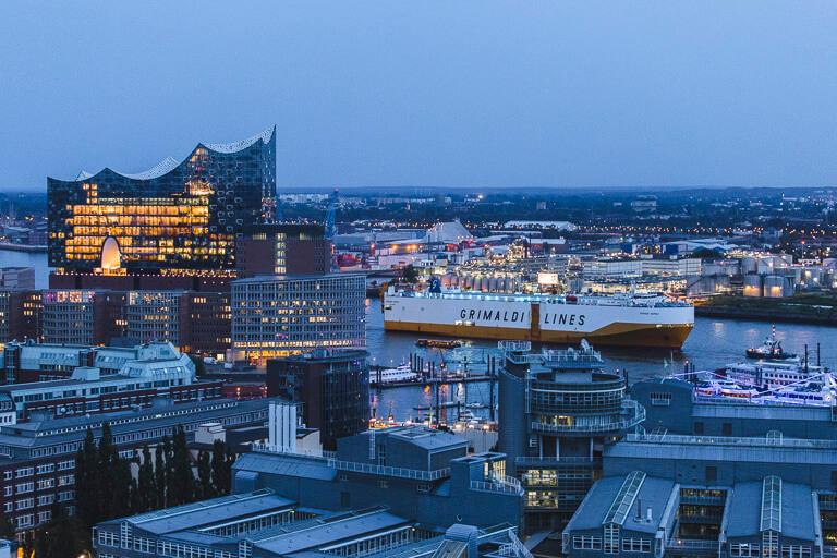 Контейнеровоз на фоне Эльбской филармонии, Гамбург